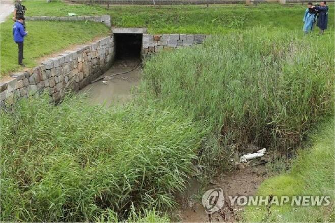 월북한 김씨의 가방이 발견된 것으로 추정되는 인천 강화군 강화읍 월곳리의 한 배수로 모습. (사진=연합뉴스)