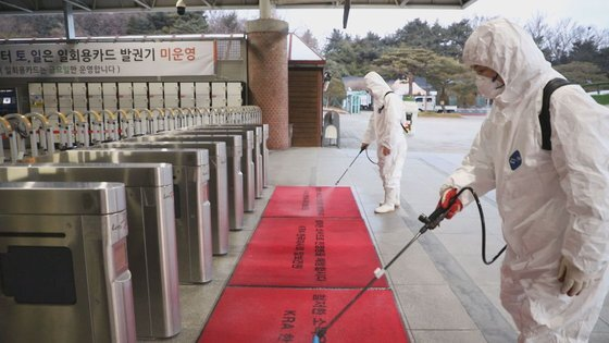 신종 코로나바이러스 감염증(코로나19) 방역 활동을 하고 있는 한국마사회 직원. 사진 한국마사회