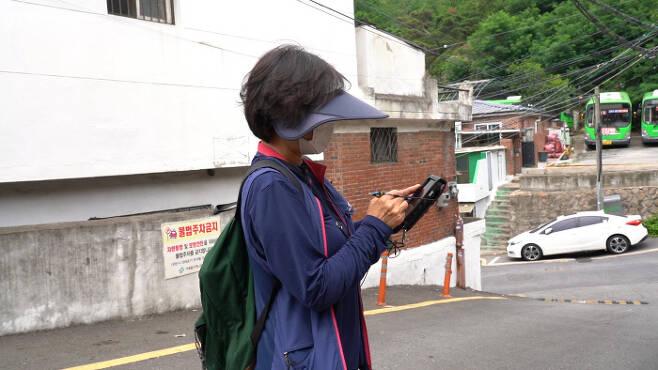 가스검침원 온종일 그늘이 없는 언덕을 오르내리며 일을 하는 가스검침원 박현정씨(가명).