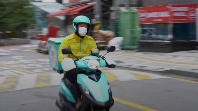 배달 라이더 뙤약볕을 받으며 뜨거운 아스팔트 도로 위를 달리는 라이더 이병선씨.