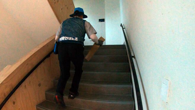 택배기사 맹창영씨가 배달할 물건을 들고 계단을 오르고 있다. 맹씨가 일을 시작하는 이른 아침 시간엔 아직 건물 엘리베이터가 작동하지 않고 있을 때도 많다. 최유진 PD