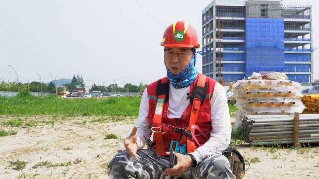 건설노동자 폭염에 종종 현기증을 느끼곤 하는 건설노동자 이성원씨.
