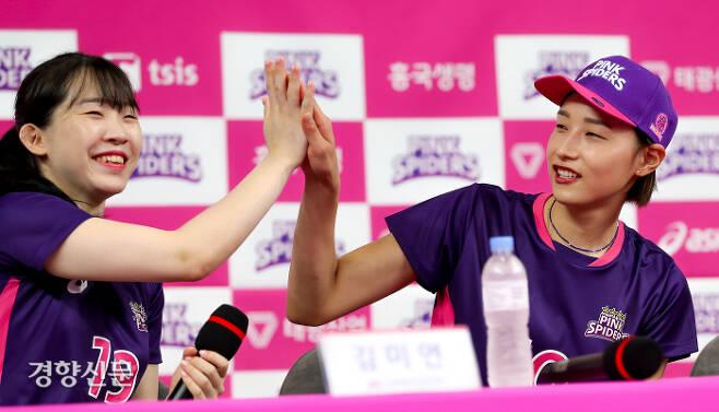 흥국생명 김연경(오른쪽)이 경기도 용인 흥국생명연수원에서 미디어데이에서 김미연과 하이파이브를 하고 있다. 2020.07.29 / 용인 | 이석우 기자