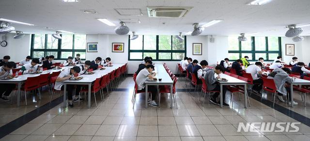 [서울=뉴시스]전신 기자 = 고등학교 3학년 학생들의 등교 개학이 시작된 20일 서울 동작구 한 고등학교에서 학생들이 거리를 두고 식사를 하고 있다. 2020.05.20.  photo1006@newsis.com