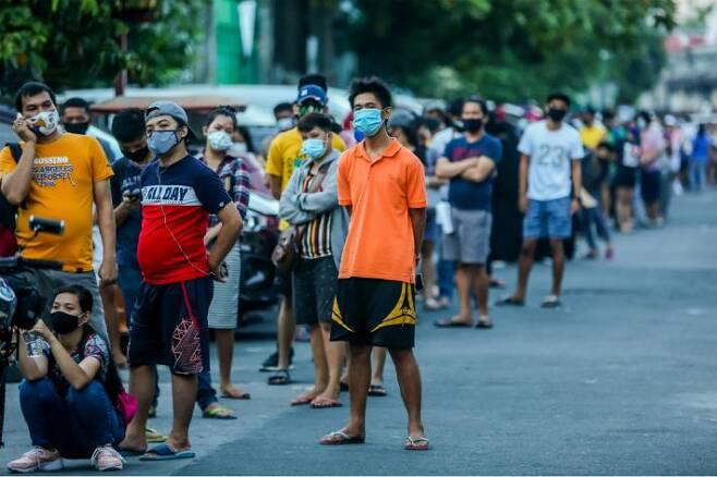 코로나19 검사 기다리는 필리핀 마닐라 시민들. (사진=연합뉴스/자료사진)
