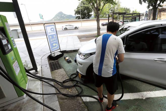 서울 종로의 한 전기차 충전소에서 고객이 배터리를 충전하고 있다. ⓒ연합뉴스