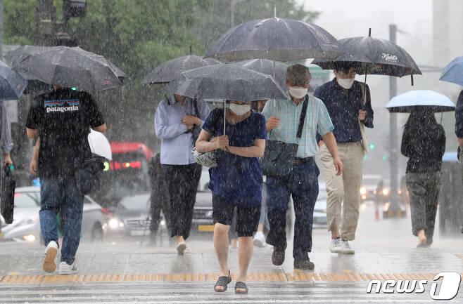 비가 내린 29일 서울 광화문 일대에서 우산을 쓴 시민들이 발걸음을 재촉하고 있다. 2020.7.29/뉴스1 © News1 이성철 기자
