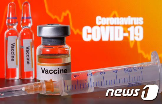 현재 개발 중인 신종 코로나바이러스 감염증(코로나19) 환자들에서 생성된 항체가 3개월 후엔 거의 사라진다는 연구에 대해 국내 의료진이 백신에도 동일한 결과를 일으킬 것으로 단정하긴 힘들다는 의견을 제시했다.  © 로이터=뉴스1