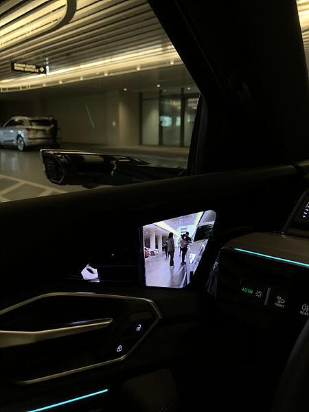 아우디 e-트론 버추얼 사이드미러를 어두운 주차장에서 확인한 모습. / 정치연 기자