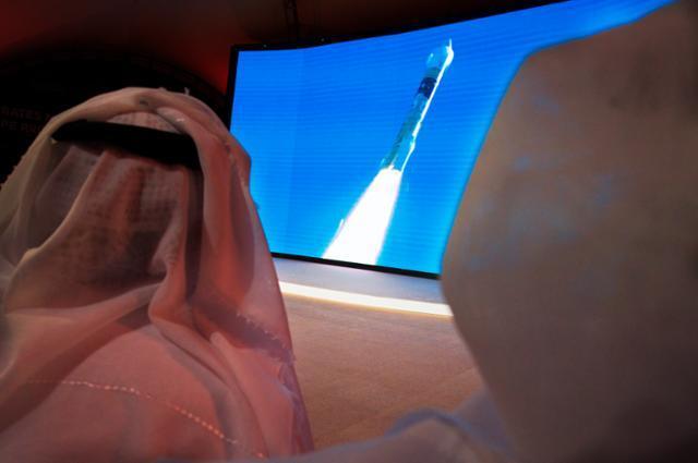 아랍에미리트(UAE) 시민들이 20일 두바이의 무함마드 빈 라시드 우주센터(MBRSC)에서 화성탐사선 '아말'(희망)의 발사 장면을 지켜보고 있다. 아랍권의 첫 번째 화성탐사선 아말은 이날 오전 일본 다네가시마 우주센터에서 성공적으로 발사됐다. 두바이 AP=연합뉴스