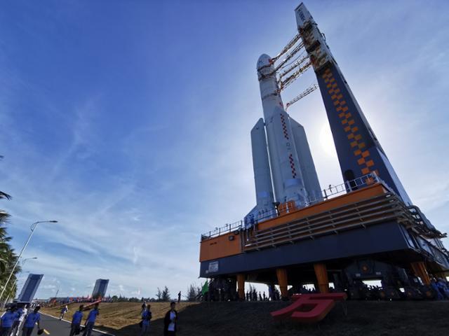 중국의 화성탐사선 톈원(天問)-1호를 운반할 창정(長征)-5 Y4 로켓이 17일 하이난성의 원창 우주발사장 발사대에 설치돼 있다. 톈원 1호는 23일 성공적으로 발사됐다. 원창 신화=연합뉴스