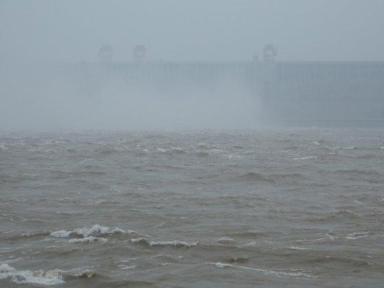 지난 21일 중국 후베이성 이창시에 있는 세계 최대 수력발전용 댐인 싼샤댐이 창장(長江) 하류로 물을 방류하고 있다. 연합뉴스