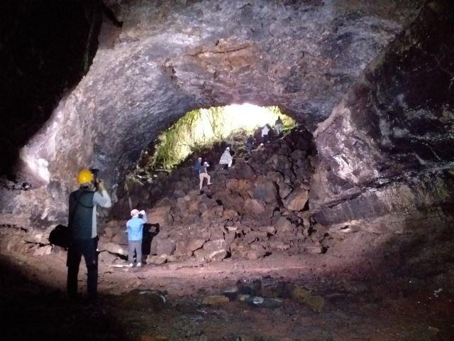 지난 24일 '세계유산축전-제주' 언론공개회에 참가한 기자들이 만장굴 탐험을 끝내고 출구를 향해 나가고 있다.