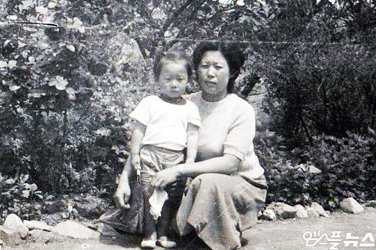 전기영 교수(사진 왼쪽부터)의 어린 시절과 전 교수의 어머니(사진=전기영 교수 제공)