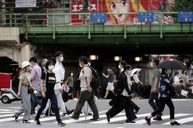 일본 수도 도쿄에서 지난 10일 신종 코로나바이러스 감염증(코로나19) 예방 마스크를 쓴 행인들이 횡단보도를 건너고 있다. [연합]