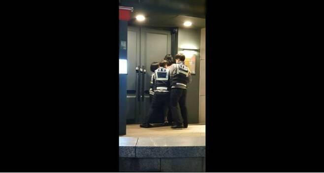 여성 경찰들이 피의자를 제압하자 남성 경찰이 수갑을 채우고 있다. (사진=유튜브 캡처)