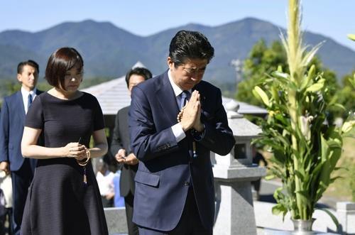 지난해 8월 여름 휴가 때 야마구치(山口)현 나가토(長門)에 있는 선친 묘소를 참배하는 아베 신조 총리와 부인 아키에 여사. [교도=연합뉴스 자료사진]
