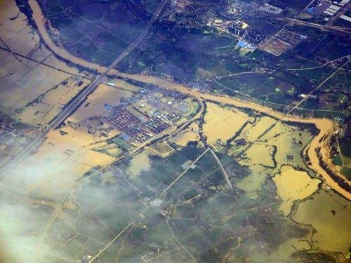 하늘에서 본 중국 안후이성의 수몰 지역 (상하이=연합뉴스) 차대운 특파원 = 23일 창장에서 범람한 물로 중국 안후이성의 농경지와 주택이 물에 잠겼다. 2020.7.23 cha@yna.co.kr (끝)