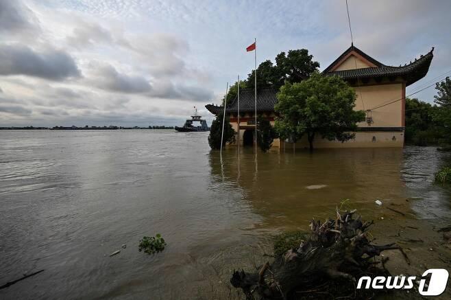 15일 (현지시간) 장시성 주장에서 폭우로 양쯔강의 수위가 높아져 물에 잠긴 사찰의 모습이 보인다. © AFP=뉴스1 © News1 우동명 기자