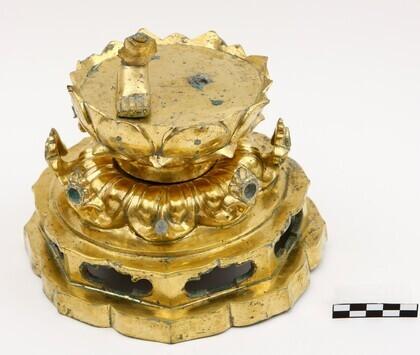 금동보살상 몸체 옆에 따로 떨어져서 출토된 대좌. 연꽃잎으로 장식된 발판 위에 불상의 오른발만 떨어져 붙어 있다.