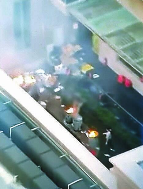 미국 휴스턴의 중국 총영사관 안에서 21일 직원들이 서류를 불태우고 있는 모습을 미국 현지 방송이 보도했다. [ KPRC2 화면 캡처]