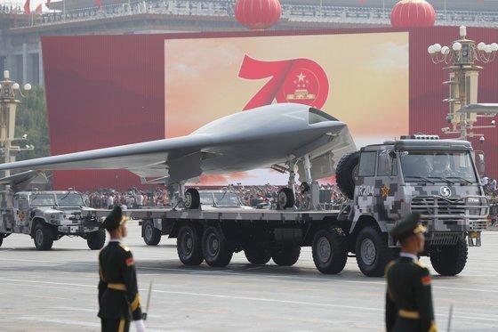 지난해 10월 1일 중국 베이징 천안문광장에서 열린 건국 70주년 기념 군사퍼레이드에 무인 공격기(드론)가 등장했다. 중국은 천인계획 등으로 확보한 최첨단 기술을 군사력 강화에 쓰고 있다. [EPA=연합뉴스]