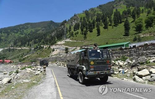 국경 방면으로 이동하는 인도 군용 트럭 행렬 [EPA=연합뉴스]