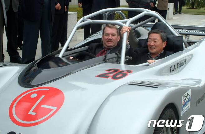 고(故) 구본무 LG그룹 회장이 2002년10월 구 회장이 전기차배터리 개발을 위해 만든 시제품을 테스트하고 있다. (LG제공) /뉴스1