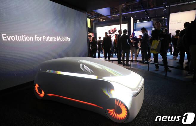올 1월 미국 네다다주 라스베이거스 컨벤션센터에서 열린 국제가전전시회 'CES 2020'(Consumer Electronics Show)이 SK 전시장에서 관람객들이 미래 전기차 비전 'SK 인사이드(inside)'를 살펴보고 있다. 2020.1.8/뉴스1 © News1 오대일 기자