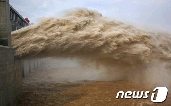 싼샤댐에서 물이 방류되고 있다 출처-웨이보 갈무리© 뉴스1