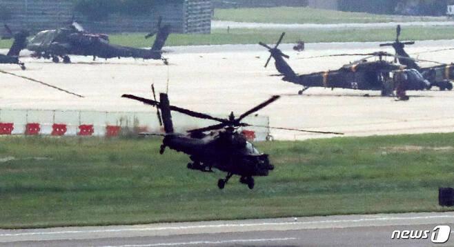한미 군 당국이 사실상 하반기 연합연습에 돌입한 5일 오후 경기도 평택시 캠프 험프리스에 미군 헬기가 이륙을 하고 있다. 한미 군 당국은 이날부터 본 훈련에 앞선 사전 준비격인 위기관리참모훈련(CMST·Crisis Management Staff Training)을 시작으로, 오는 20일까지 지휘소 내에서 실시하는 연합전구급 지휘소훈련(CPX)을 실시할 계획인 것으로 전해졌다. 2019.8.5/뉴스1 © News1 조태형 기자