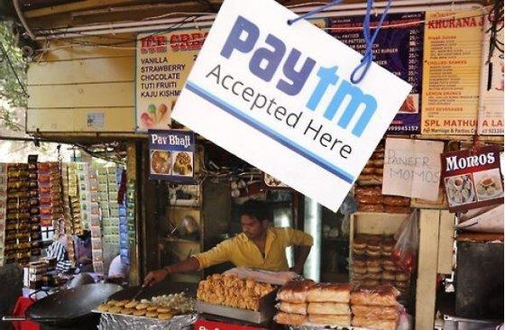 인도 노점상에서 전자결제 서비스 스타트업 '페이티엠' 알림판을 걸어둔 모습. [EPA=연합뉴스]