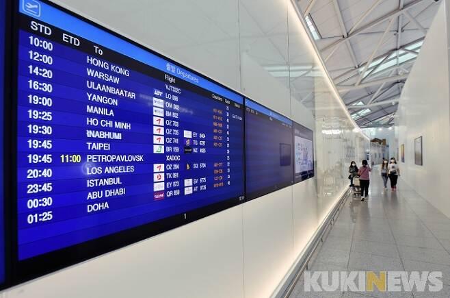 지난달 28일 오전 인천국제공항 1터미널이 코로나19 여파로 한산한 모습을 보이고 있다.