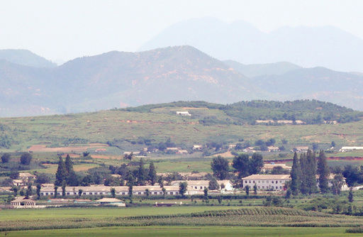 지난달 28일 오전 인천 강화도 평화전망대에서 바라본 북한 황해북도 개풍군 마을이 보이고 있다. 강화=뉴시스
