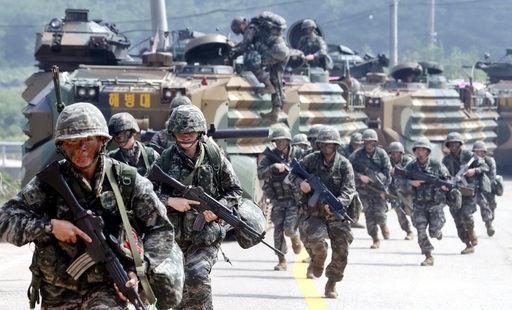 서북도서방어훈련에서 해병대 6여단 장병들이 적 침투상황을 가정해 훈련하며 상륙돌격장갑차에서 하차해 이동하고 있다. 세계일보 자료사진