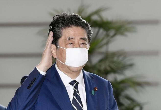 '아베노마스크' 쓴 아베 총리 (도쿄 교도=연합뉴스) 아베 신조 일본 총리가 지난 5월 25일 '아베노마스크'를 착용하고 일본 총리관저에 들어가고 있다. 2020.5.25 photo@yna.co.kr