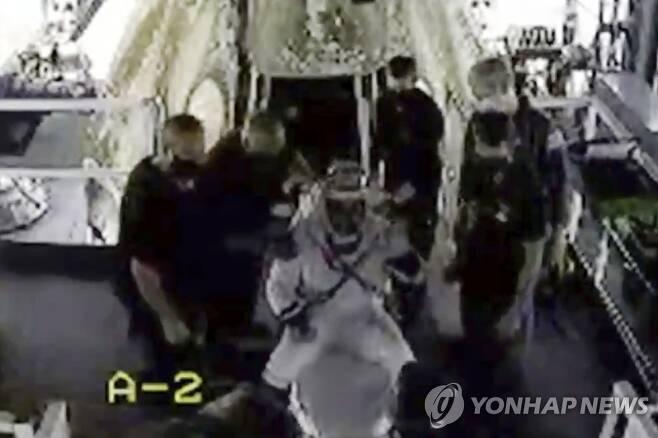 스페이스X 캡슐에서 나와 손 흔드는 우주비행사 (멕시코만 AP=연합뉴스) 우주비행사 더그 헐리가 2일(현지시간) 멕시코만 해상에 착수(着水)한 스페이스X의 캡슐에서 나와 손을 흔들고 있다. 더그 헐리와 봅 벤켄은 국제우주정거장(ISS)에서 두 달 간 머물다 이날 지구로 귀환했다. 육지가 아닌 바다를 통해 귀환하는 '스플래시다운' 방식은 1975년 이후 45년 만이다. 미국 항공우주국(NASA) TV 영상을 캡처한 사진. [NASA TV 제공] sungok@yna.co.kr