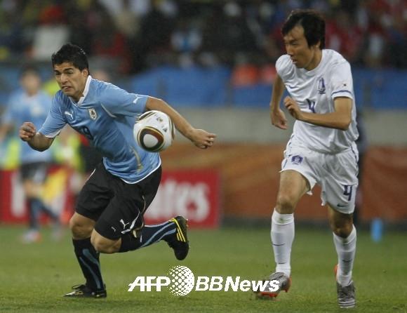 2010 월드컵 16강 남아공전에서 루이스 수아레즈를 막던 조용형의 모습. ⓒAFPBBNews = News1