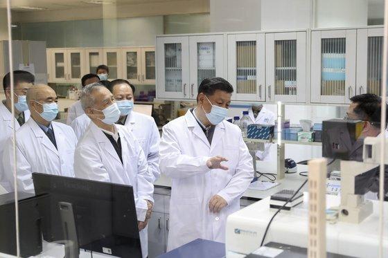 중국도 백신 개발에 박차를 가하고 있다. 사진은 지난 3월 시진핑 중국 국가주석(오른쪽 두 번째)이 백신 개발 연구소를 찾은 모습. [신화=연합뉴스]