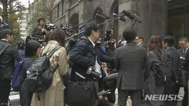 【도쿄=뉴시스】 우리 대법원에서 배상 판결이 난 강제징용 소송의 피해자측 변호인단이 12일 도쿄 신일철주금(옛 신일본제철) 본사를 방문해 배상 판결에 응하라는 내용의 요청서를 전달하려고 했지만 이뤄지지 않은 뒤 취재진에 관련 설명을 하고 있다(NHK 화면 캡처)2018.11.12.