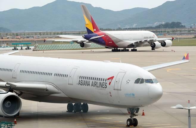 인천국제공항 1터미널 계류장에 아시아나항공 여객기가 멈춰 서 있다.  연합뉴스
