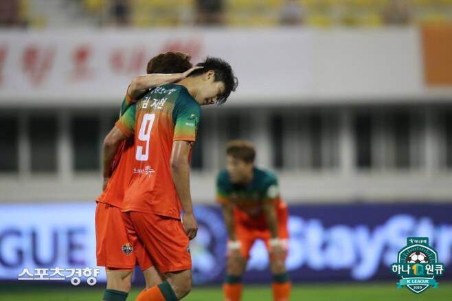 강원 FC 김지현이 지난 2일 강릉종합운동장에서 열린 2020 하나원큐 K리그1 14라운드 상주 상무와 경기에서 동점골을 넣은 뒤 팀동료로부터 축하를 받고 있다.   프로축구연맹 제공