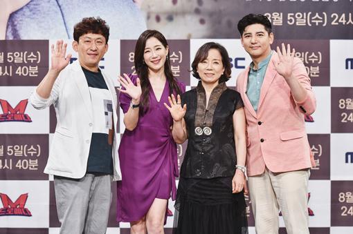 영화에서 주연한 손윤상, 김하영, 김민경, 박재현(오른쪽 사진 왼쪽부터)도 제작발표회 무대에 올라 포즈를 취하고 있다. 사진제공|MBC
