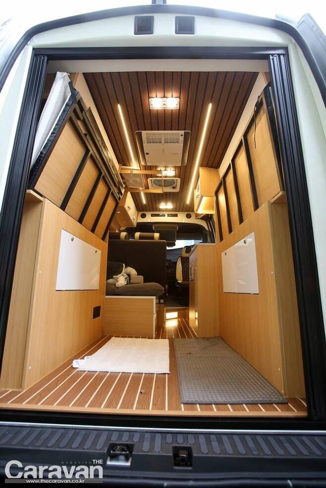 침대를 좌우로 접어 수납하게 되면 다양한 레저 장비를 적재할 수 있는 여유로운 공간을 확보할 수 있다