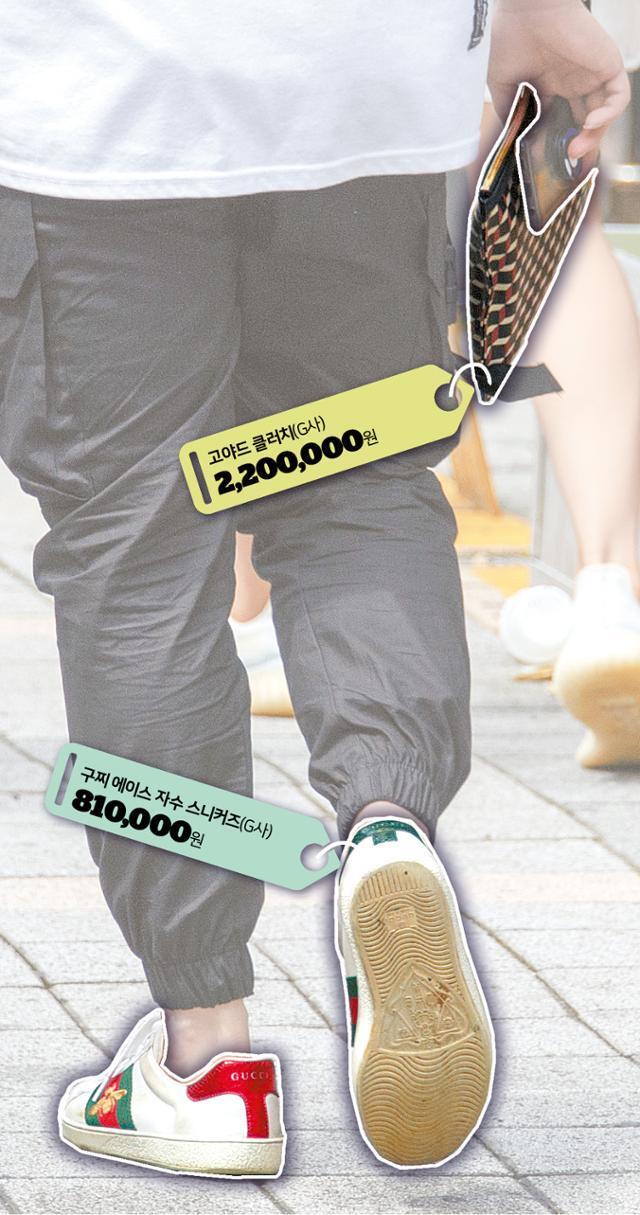 80만원대 구찌 운동화에 220만원대 고야드 클러치를 든 한 10대 청소년의 모습. 이들은 수개월간 주말 아르바이트를 한 돈을 한꺼번에 명품 구매에 탕진한다.