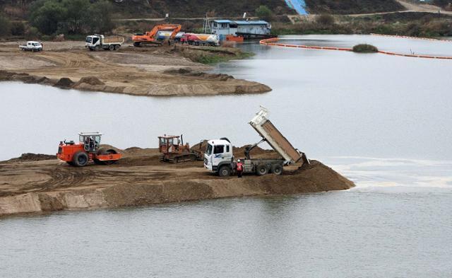 2009년 11월 10일 충남 연기군 금강살리기 제1공구 금남보 건설현장에서 보를 건설하기 위한 물가림막 공사가 한창이다. 연합뉴스