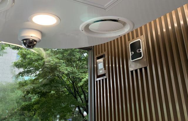왼쪽부터 실내 CCTV와 실시간 미세먼지 측정기, 인공지능 비명 감지기. 오주환 기자