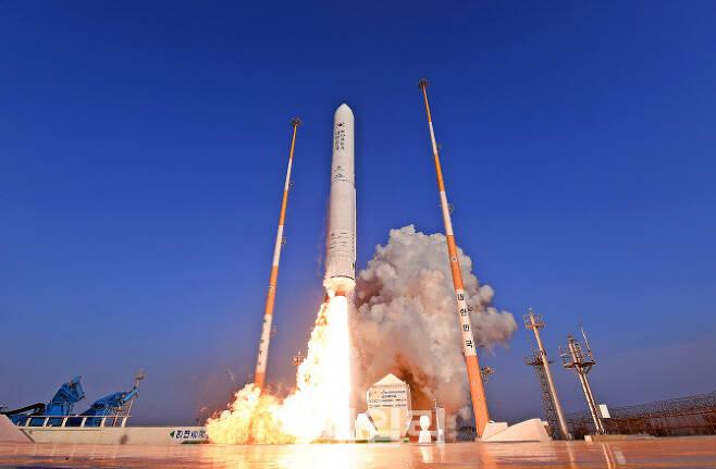 2018년 11월 전남 고흥 외나로도 나로우주센터에서 한국형발사체 '누리호'의 시험발사체(KSLV-II TLV)가 날아오르고 있다. [사진=한국항공우주연구원]