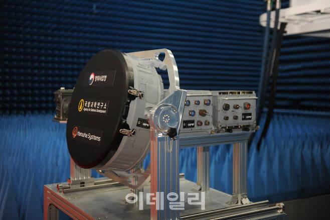 국방과학연구소(ADD) 주관하고 한화시스템이 시제업체로 참여해 개발한 한국형 전투기(KF-X) 탑재용 에이사(AESA) 레이더 실물 모습이다. [사진=방위사업청]