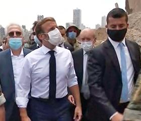 6일 에마뉘엘 마크롱(왼쪽) 프랑스 대통령이 베이루트를 방문해 사고 현장을 둘러보고 있다. /AFP 연합뉴스